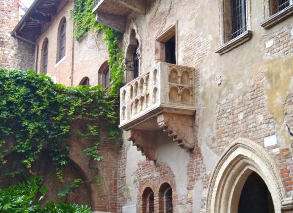 Juliet 39 s balcony at casi de giulietta is juliet 39 s balcony real for Juliet balcony