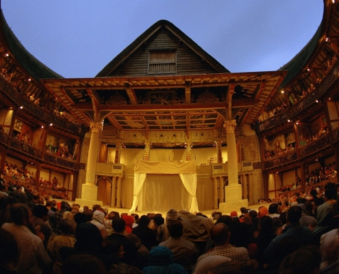 Shakespeare plays on stage at Shakespeare' Globe Theatre today, by night